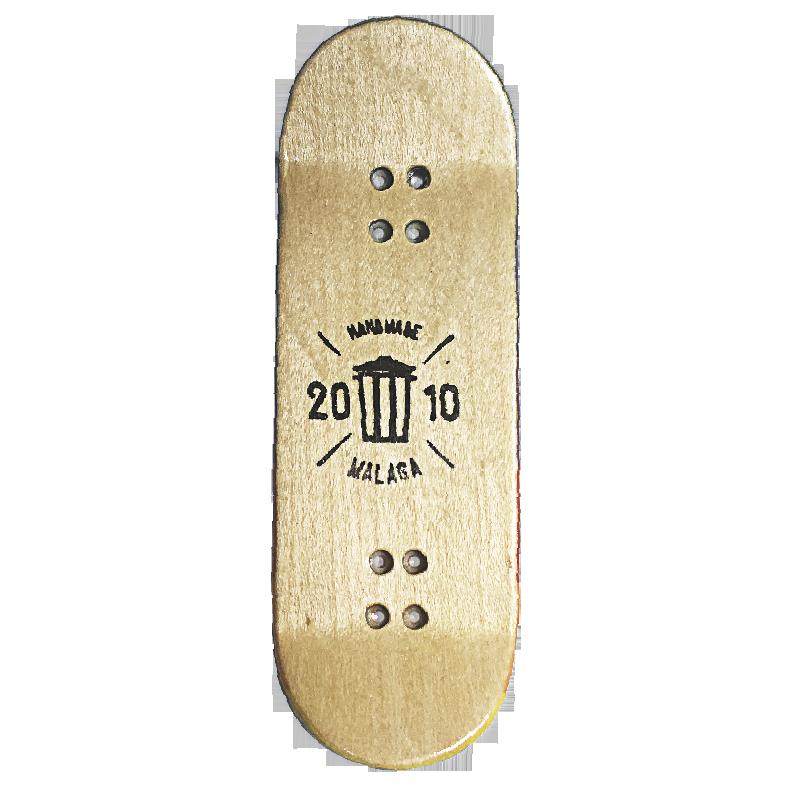 Este diseño está dedicado a los Skater que sufren marginación, prejuicio y queja social. Viene representado por uno de los skaters más representativos de nuestra infancia: Bart Simpson. El estilo se asemeja a Wanna die, un estilo actual. Uso de colores llamativos en imágenes kitsch.