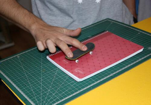 Saltar obstaculos con un fingerboard